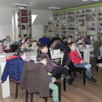 FOTO – Surpriză pentru copiii unei clase I din Bistrița: Au întâlnit un personaj fabulos la Mediatecă…!