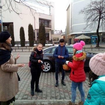 FOTO: Surprize dulci, împărțite cu drag trecătorilor, în Piața Mihai Eminescu din Bistrița!