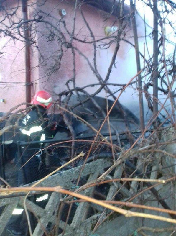 FOTO: Mașină în flăcări într-o curte din Năsăud!