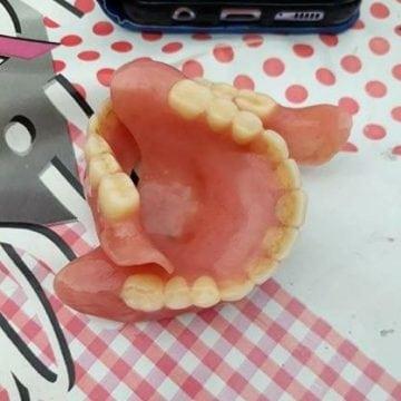 Rostul de dimineață:  Își vinde dinții de plastic, în rate! Nu i-a folosit prea des… Decât la ocazii speciale!