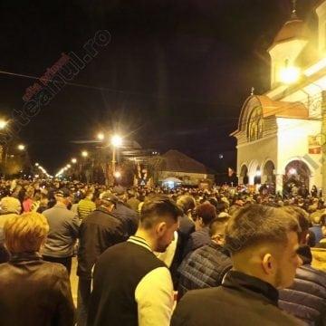 FOTO/VIDEO: Mii de bistrițeni în stradă, la miezul nopții. Cu moartea pe moarte călcând… Hristos a înviat!