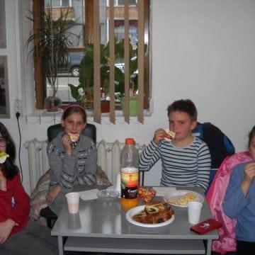 FOTO:  Inedit club pentru servit delicatese speciale – lansat de o fetiță din Bistrița!