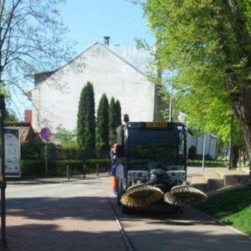 FOTO: Cam așa se face curățenie în Parcul Municipal…! Dar uneori aparențele ne induc în eroare