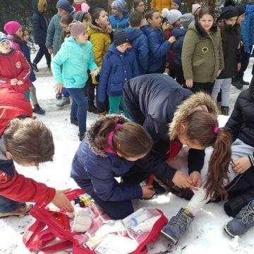 FOTO: Zeci de copii din Sîngeorz-Băi au fost implicați în câteva situații de urgență într-o pădure, aproape de Stânca Șoimu