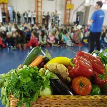 """""""Sănătatea începe din farfurie"""": Peste 400 de elevi din Bistrița s-au bucurat ieri de cadouri delicioase"""