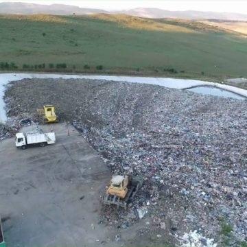 7 echipe de specialiști examinează containerele semi-îngropate, în Bistrița. Blocaje, la Dumitra