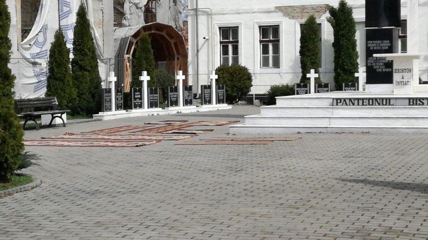"""FOTO – Covoarele din biserică, spălate chiar în centrul orașului! Curtea Protopopiatului, transformată în """"uscător"""""""