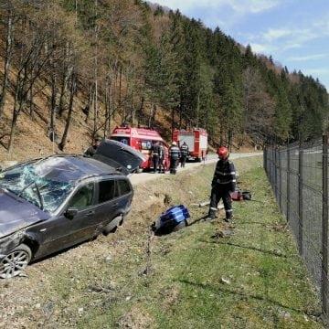 FOTO – MUREȘENII BÂRGĂULUI: Victime ale unui accident, au devenit cascadori! Au ieșit singuri din mașina răsturnată!