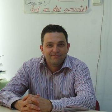 OAMENI din Bistrița-Năsăud: Într-o profesie dominată de femei, Marius Chereja, învățător la CNLR, face minuni…