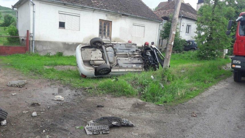 FOTO: Cascadorii pe șosea, în Vermeș. O mașină și-a pierdut două roți și s-a răsturnat