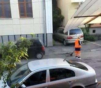 Rostul de dimineață:  Cam așa se mătură pe străzile din Bistrița…