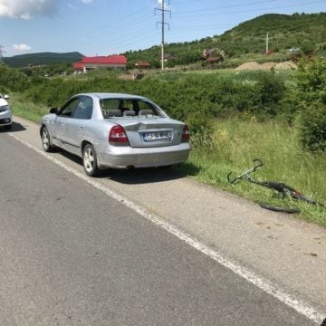 FOTO UNIREA: Un biciclist a lovit o mașină