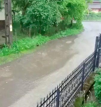 FII REPORTER: Dezastru pe o stradă din Năsăud! Inundată la fiecare ploaie!