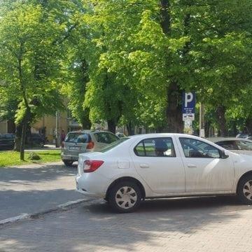 Bistrițenii pot plăti prin SMS și pentru 30 de minute de parcare! Schimbări la regimul parcărilor