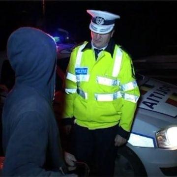 Tineri și neliniștiți: Un tânăr ce ascundea țigări de contrabandă, plimbat cu mașina de o minoră. Un altul, reținut pentru furt