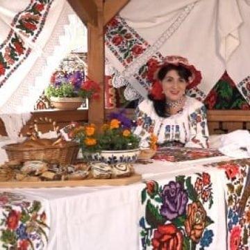 VIDEO: Inedită și spectaculoasă campanie de promovare a județului! Farmaciile Catena oferă cadou iile românești cusute de Virginia Linul