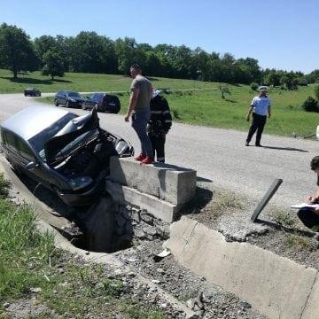 FOTO/VIDEO: Singură pe drum, și-a făcut mașina praf într-un cap de pod!