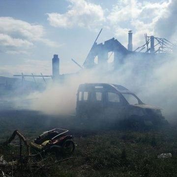 FOTO – JELNA: La un pas de o tragedie! Un bărbat invalid, cu cinci copii, scos dintr-o casă în flăcări!