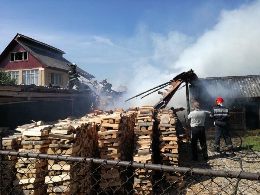 FOTO/VIDEO RETEAG: Mobilizare de forțe pentru un incendiu violent. Un bărbat are arsuri pe aproape jumătate din corp