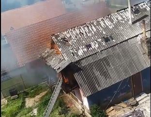 VIDEO VIIȘOARA: Casa unei familii cu patru copilași a fost cuprinsă de flăcări