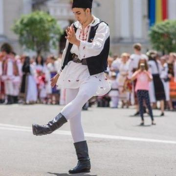 FOTO: Se îmbracă în costum popular românesc și se întâlnesc în fiecare an din 1874!