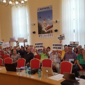 FOTO: Proteste în Consiliul Local Bistrița! Zeci de bistrițeni, împotriva modernizării Pieței Centrale