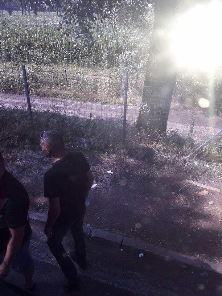 VIDEO: Cei cu alba – neagra nu se lasă. Trag gumele în autocare, cu tupeu