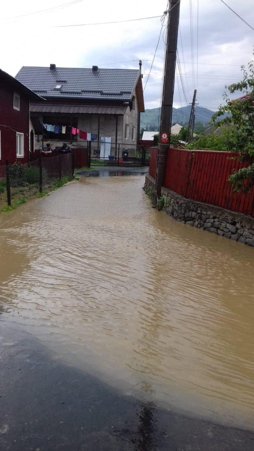 FOTO Lunca Ilvei: Două curți și drumul comunal, inundate