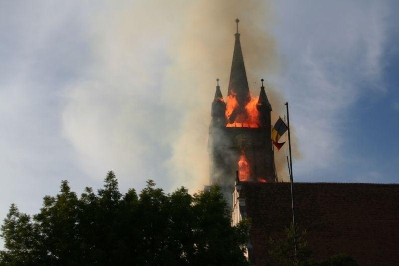 FOTO/VIDEO: Semnul unei solidarități nemaivăzute… 10 ani de la incendiul care a mistuit turnul Bisericii Evanghelice