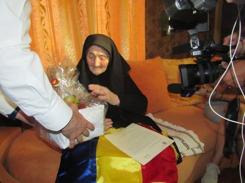 FOTO: 100 de ani de viață, 100 de ani de credință. Bistrițenii născuți în 1918, aniversați cu un tort tricolor