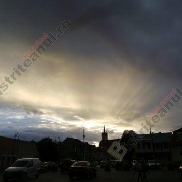 Rostul de dimineață: Viziuni strâmbe despre Bistrița. După ploaie, în parc…