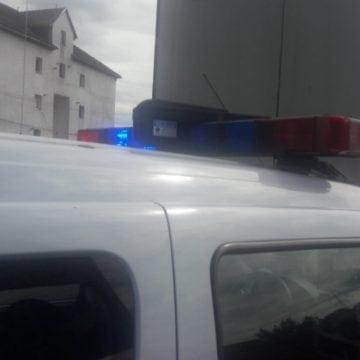 FOTO: Două mașini de poliție, purtate în goană prin oraș, pentru o remorcă