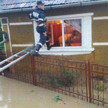 FOTO Blăjenii de Sus: O femeie a avut nevoie de intervenția pompierilor, casa ei riscând să fie inundată