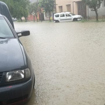 FOTO/VIDEO: Strada Mihai Viteazu, un lac uriaș! Vezi unde mai sunt probleme