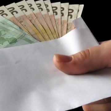 Bărbat prins în timp ce oferea o sumă de bani unui polițist pentru a-i restitui permisul de conducere