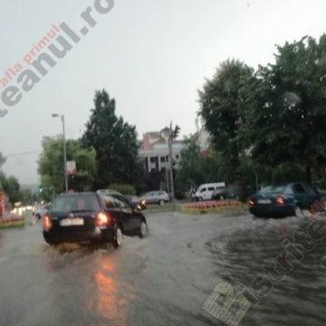 FOTO: Străzi inundate și copaci căzuți în Bistrița, după o oră de ploaie
