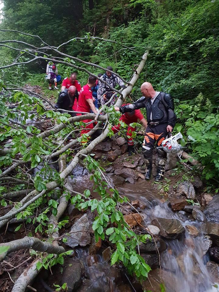 FOTO: Misiune grea pentru salvatorii năsăudeni! Cinci ore s-au luptat pentru un motociclist