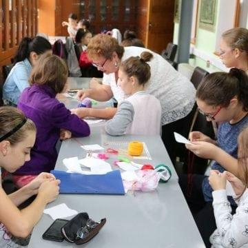 FOTO:  O șezătoare modernă, pentru zeci de copii din Bistrița, la bibliotecă