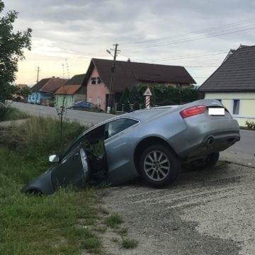 FOTO LIVEZILE: Un ieșean a ajuns cu mașina în șanțul de pe marginea drumului