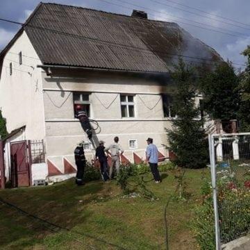 FOTO: Incendiu în Budacu de Jos. Două butelii cu gaz se aflau în casă la momentul izbucnirii incendiului
