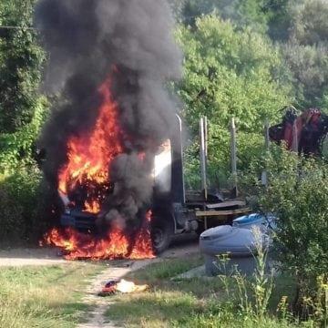 FOTO/VIDEO: Cabina unui autocamion ce transportă lemne, cuprinsă de flăcări