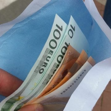 A găsit 500 de euro în parcul din Bistrița…! Ce credeți că a făcut cu ei…?!?