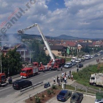 FOTO/VIDEO: Vilă de la ieșire din Bistrița, cuprinsă de flăcări!