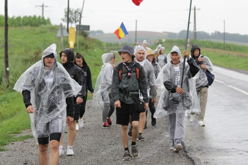 FOTO/VIDEO: Flacăra Unirii a traversat județul nostru, pe ploaie. Ștafeta a fost predată mai departe, la Căianu Mic