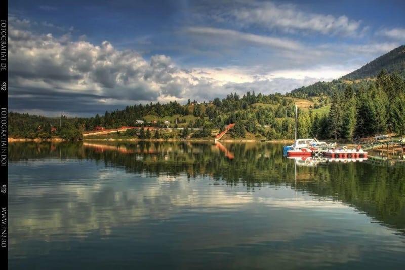Turiștii vor avea în sfârșit acces la lacul de la Colibița! Zonă de promenadă iluminată și cu loc de plajă