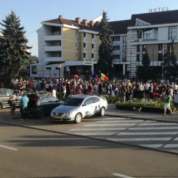 FOTO/VIDEO: Bistrița protestează! Sute de bistrițeni susțin diaspora cu steaguri și vuvuzele