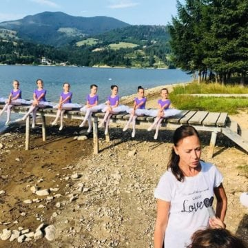 VIDEO-CE ONOARE: La Colibița, 16 fetițe au luat lecții de balet de la Judith Turos, o legendă a baletului internațional