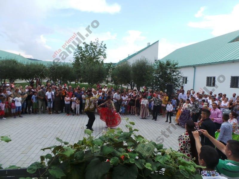 FOTO/VIDEO: S-au încins spiritele la Muzeul Județean! Romii au făcut spectacol, jucând într-o veselie