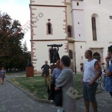 SUPERMama – în fața Bisericii Evanghelice din Bistrița. Suficient de mică pentru a fi monumentală…