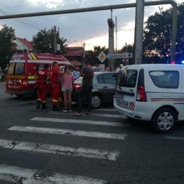 FOTO – Accident în Piața Decebal, cauzat de un șofer începător. Doi bebeluși, printre victime